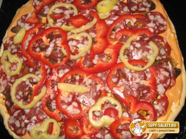 Пицца с грибами и колбасой