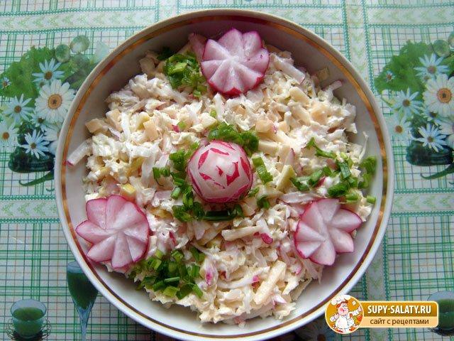 готовый салат из пекинской капусты с редисом и сыром