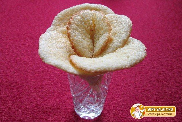 готовая роза из запеченного теста