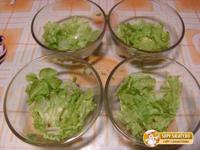 Зеленый салат с креветками и сырными крутонами