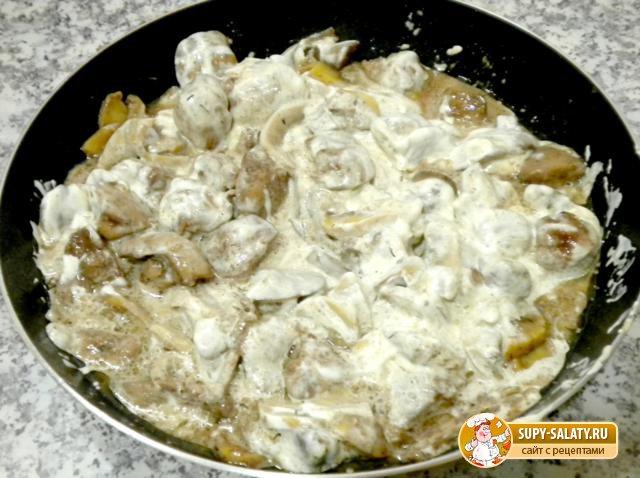 Печень куриная со сметаной и грибами. Рецепт с пошаговыми фото
