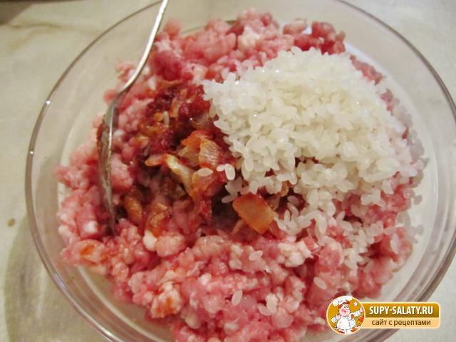 Фаршированный перец, заправленный розовыми помидорами