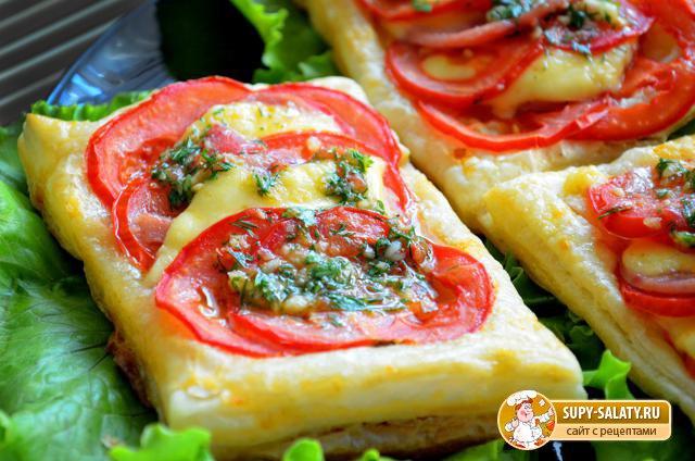 Пикантные тарталетки с сыром, колбасой и помидором