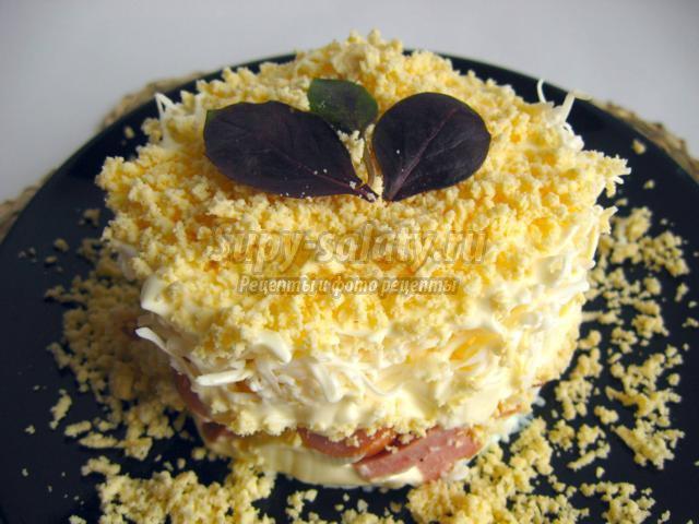 Праздничный салат с копченой колбасой и плавленым сыром