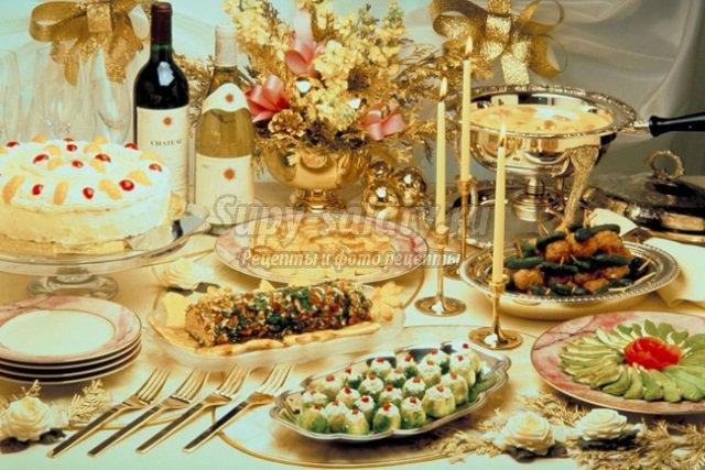 Новогодний десерт Клубничная змея