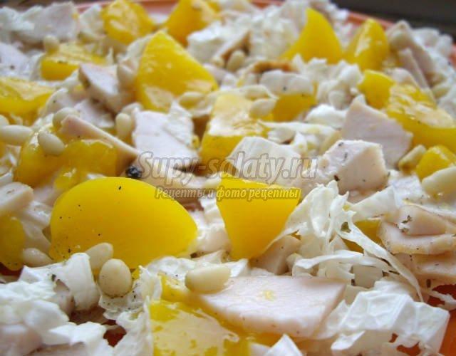 Салат с курицей и персиками консервированными