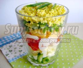 Салат в стакане с овощами и сыром