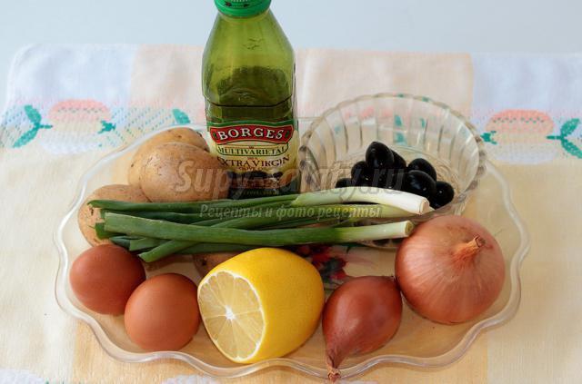 Картофельный салат с луком и маслинами