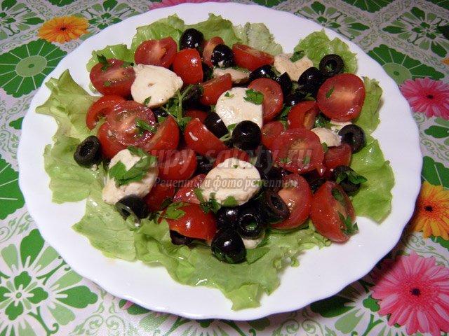 Салат Самоцветы из моцареллы, оливок и помидоров черри