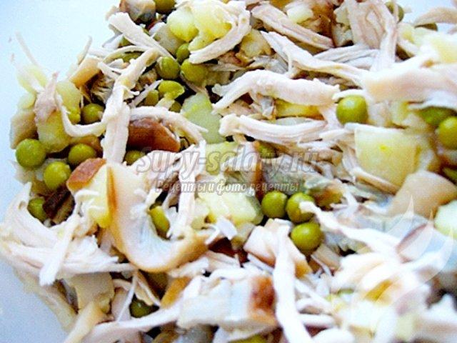 Куриный салат с солеными грибами