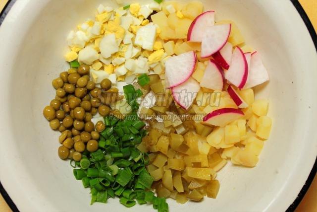 Картофельный салат с редисом и зеленым луком