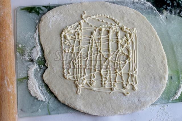 пицца кальцоне с сыром и маслинами