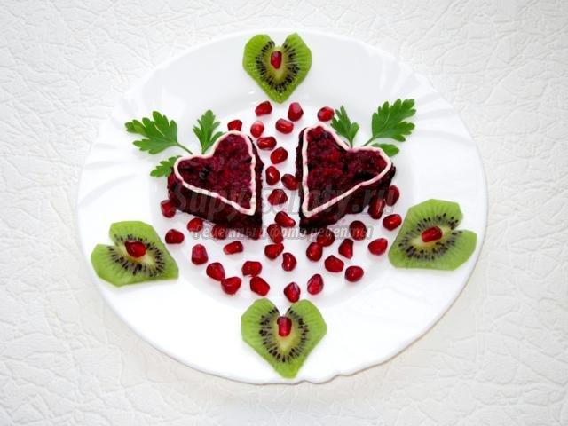 порционный салат со свеклой и черносливом. Валентинка