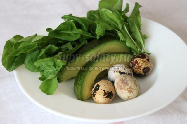 диетический салат с авокадо, рукколой, перепелиными яйцами
