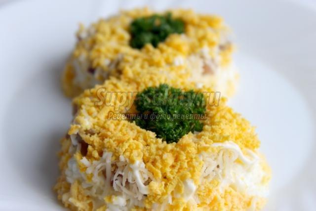 оригинальный салат с сыром и сельдью на 8 Марта