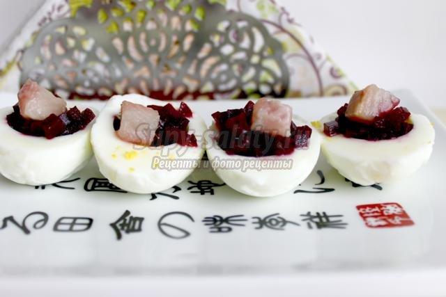 яйца, фаршированные свеклой и сельдью