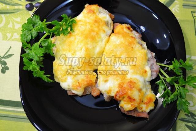 мясные отбивные с луком, сыром и майонезом