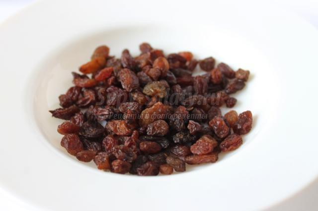 открытый пирог с малиной, маком, изюмом, орешками
