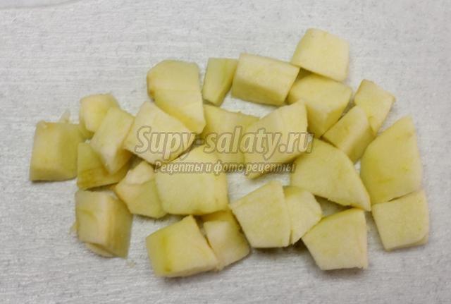 закусочный салат из сельди, лука, тыквы и яблок
