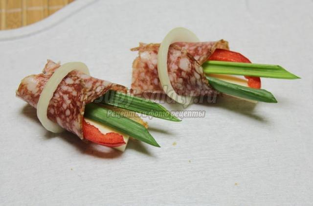 Рецепт канапе из колбасы и сыра пошагово