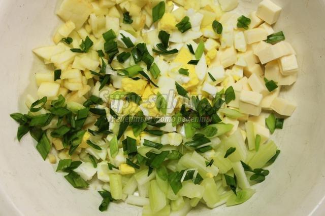 салат с сельдереем, зеленым луком, сыром и яйцом