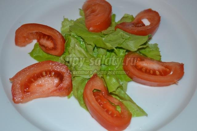 салат с куриной грудкой и чесночными сухариками