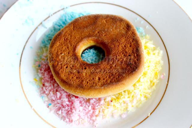 Весь процесс приготовления займет у вас около полутора часов.  Пончики с шоколадной глазурью готовы.