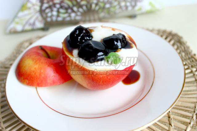 яблоко с фруктами и сметанным кремом
