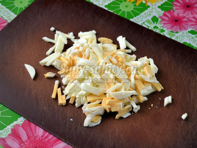 салат с дайконом, кальмарами и сыром. Белая хризантема