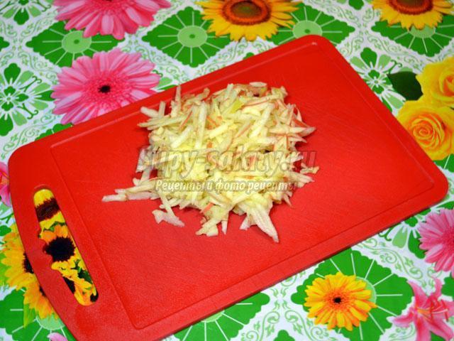 слоеный салат с сыром, черносливом и грецкими орехами. Рог изобилия