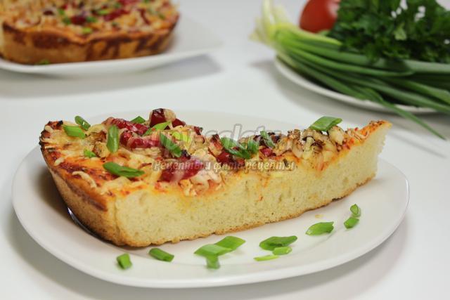 пицца на толстом корже с курицей, сыром и овощами