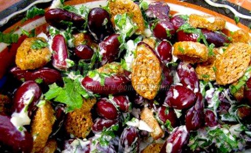 Салат из кальмаров с фасолью с сухариками
