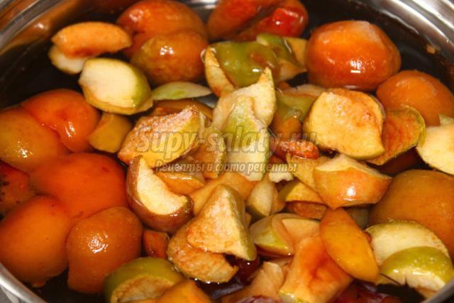 компот с абрикосами, яблоками и сливами