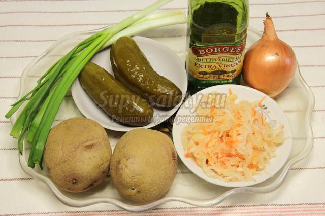 постный салат из картофеля, соленых огурцов и квашеной капусты