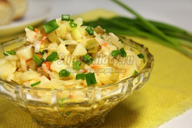 Салат с картошкой и солеными огурцами и капустой