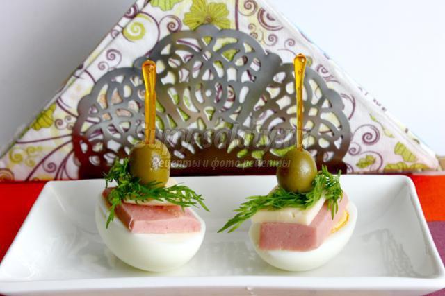закуска из яиц, колбасы, сыра и оливок