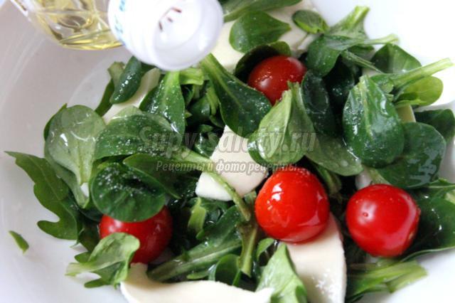 рецепт салата с помидорами и моцареллой и