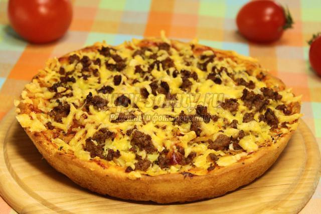 пицца с фаршем, луком и картофелем