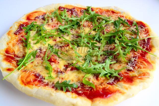 пицца с салями, сладким перцем-гриль и рукколой