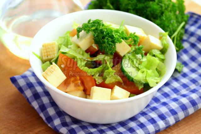 салат из помидоров с кукурузой и брынзой