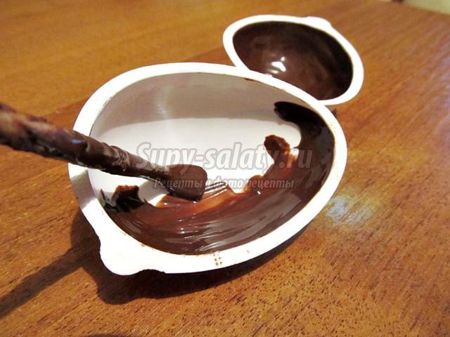 клубничное мороженое в шоколадной чаше