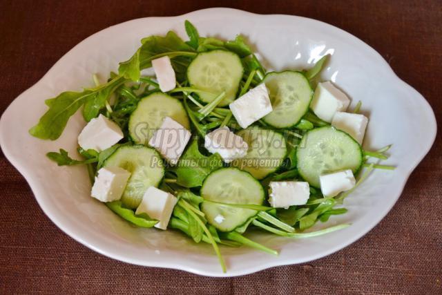Салат с брынзой, рукколой и апельсином