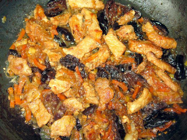 Свинина с черносливом в имбирьно-медовом соусе