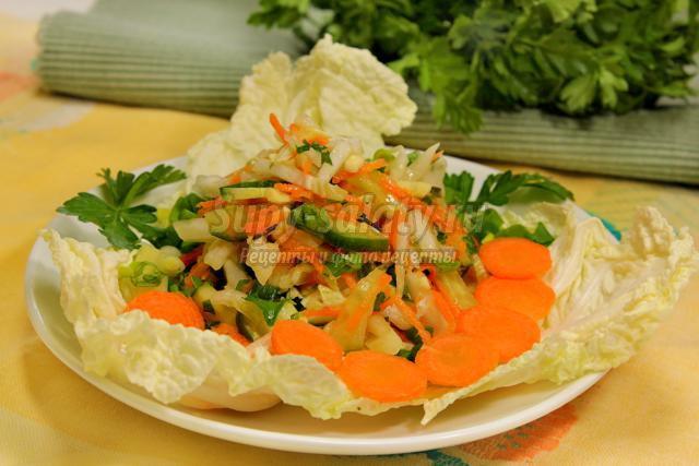 салат из пекинской капусты с огурцом и зеленью