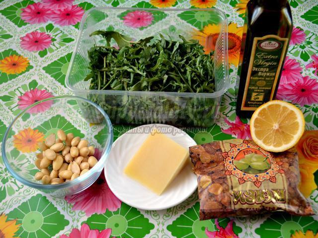 салат с рукколой, миндалем и изюмом