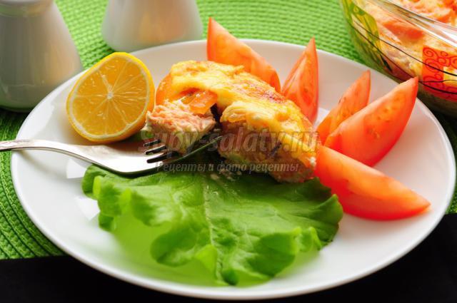 горбуша, запеченная с помидорами и сыром