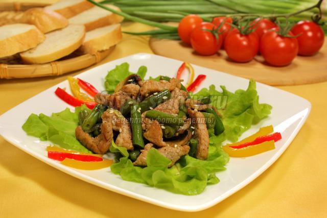 салат из свиной вырезки, шампиньонов и стручковой фасоли. Тауэр
