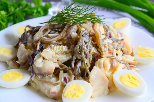 салат из морской капусты, перепелиных яиц и отварной рыбы