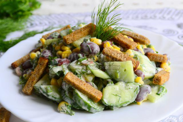 рецепт салата из фасоли с сухариками и кукурузой