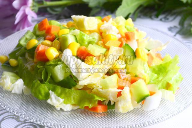 овощной салат из пекинской капусты. Цветной